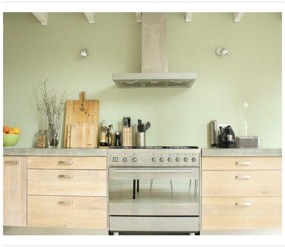 Cuisine en bois clair et mur vert de gris