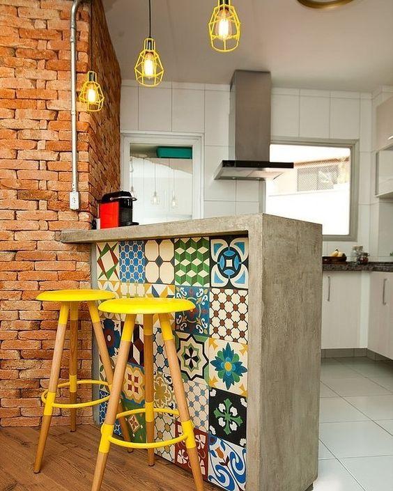 Parement en carreaux de ciment colorés pour îlot de cuisine