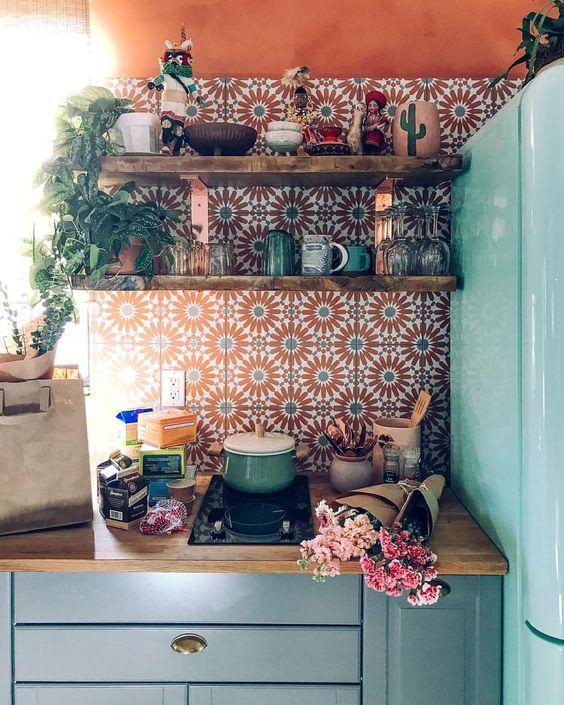 Crédence de cuisine en carreaux de ciment orange et verts style provençale