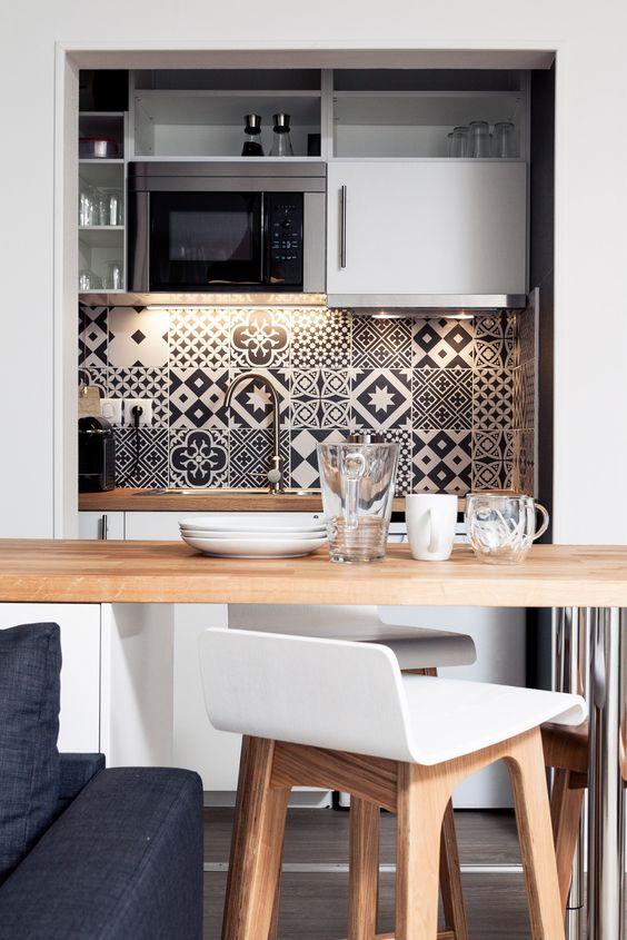 Cuisine d'inspiration scandinave blanche et bois avec crédence en carreaux de ciment noirs et blancs