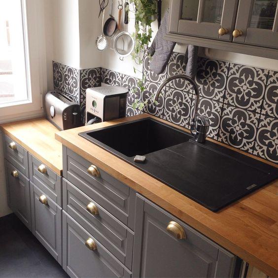 Cuisine anthracite avec plan de travail en bois et crédence en carreaux de ciment noirs et blancs