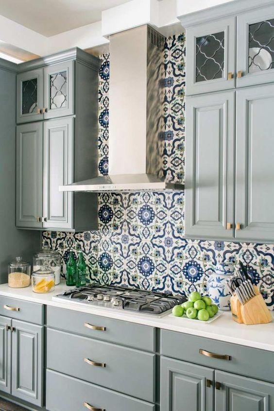Crédence de cuisine carreaux de ciment bleus et cuisine vert de gris