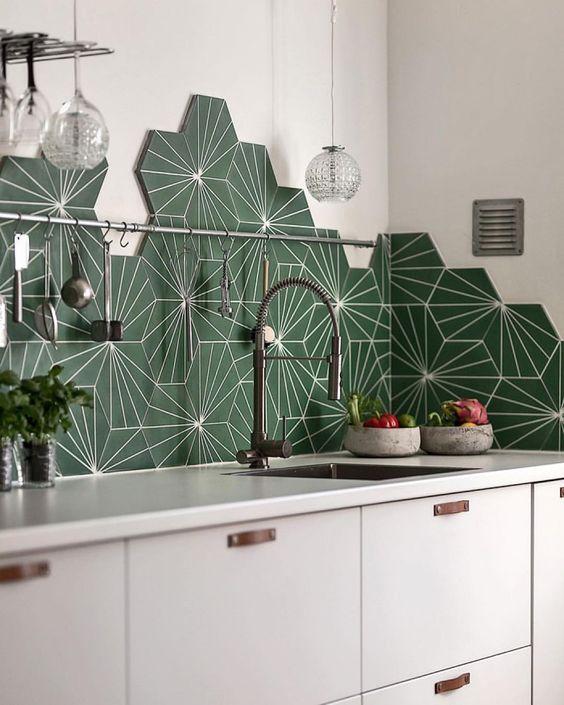 Cuisine blanche avec crédence à carreaux hexagonaux verts à motifs géométriques