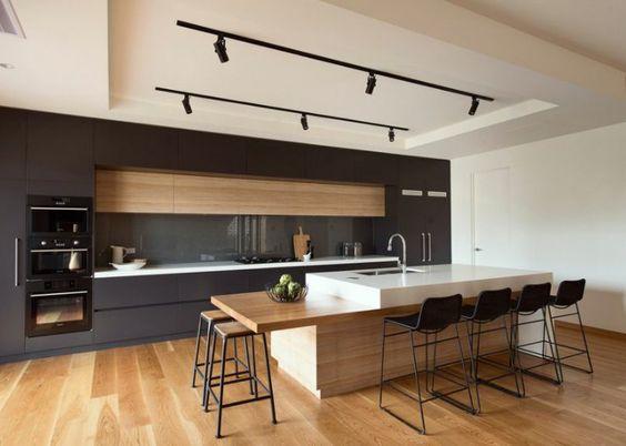 Cuisine contemporaine en bois et meubles noirs
