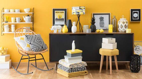 Espace de la maison jaune mimosa et accessoires
