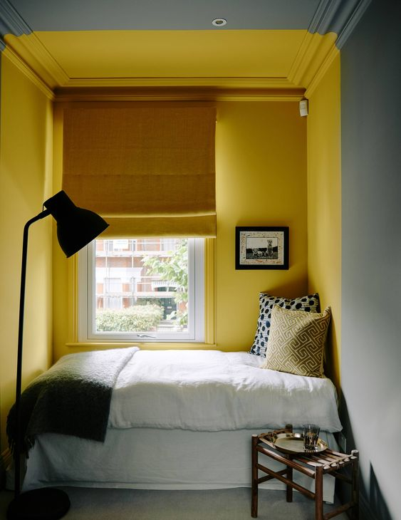 Chambre avec mûr peint en jaune mimosa