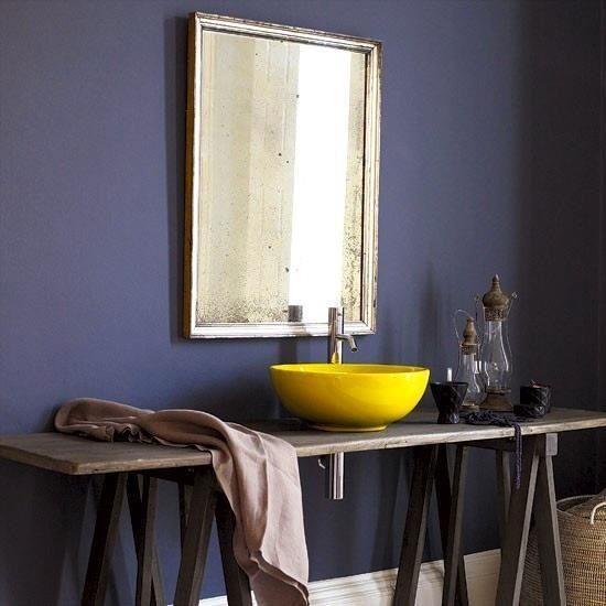 Salle de bain avec évier jaune mimosa