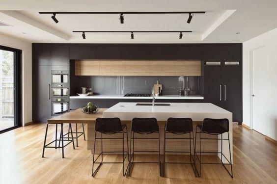 Cuisine moderne anthracite et bois mélangeant les différents styles de matériaux