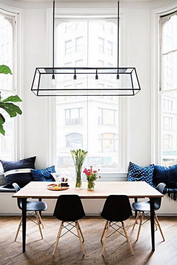 Salle à manger scandinave blanche et bois avec touches de couleur bleu roi